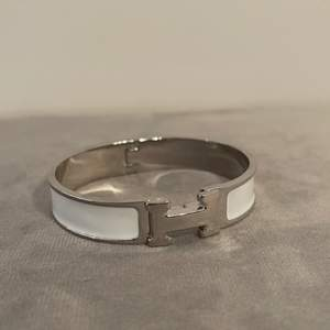 Säljer ett vit och silver armband från Hermés