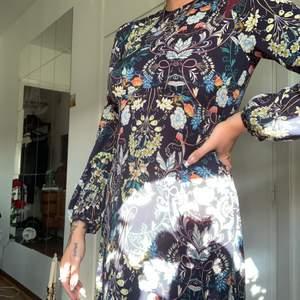 """Lång """"höst"""" klänningen från zara, tunt fint material och ser väldigt lycklig ut ocj lägger sig så fint på kroppen ❤️"""