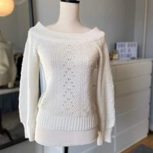 Väldigt fin stickad tröja som har mönster med hål, man kan välja att dra ner den tjocka kragen så att det blir offshoulder 💓 den är i XS men fungerar bra som S, i bra skick