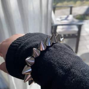 Jätte coolt och trendigt silver armband som liknar ett valentino armband. Passar till alla sorters klädesplagg!