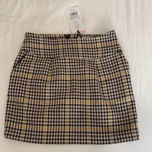 Köpte denna kjol på tradera men den är för stor för mig, synd för den är så fin! Superbra kvalité och lappen är kvar så aldrig använd!