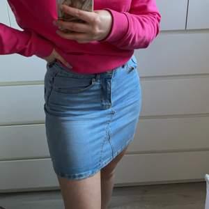 Jeanskjol från Gina tricot storlek 34, passar även 36