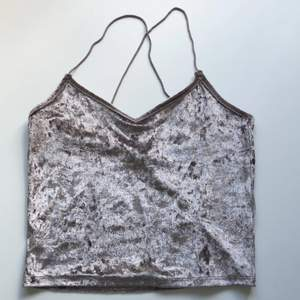 💜🤍 Grå/lila linne i velourtyg (ish) från New Yorker. Superfin, kort i modellen med korsade straps, storlek XS men passar nog även mindre och större. Använd en gång, säljer pga använder inte. Köparen står för frakt alt mötas upp i Uppsala. 🤍💜