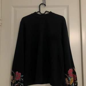En ribbad tröja från Zara med flower print. Använd 2 gånger