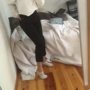 Svart/gråa jeans från Monki modell Taiki high waist balloon leg. Storlek 26, säljer då de är för korta på mig, jag är 167 cm lång.