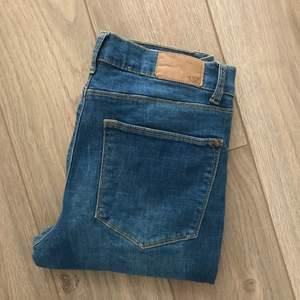 Ett par blå jeans knappt använda. Köpt på Lager 157 och är i storlek L. Frakt är inräknat i priset. Kan mötas upp i Norrköping!