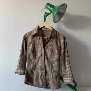 Asfin brunbeige skjorta me ränder på. Står storlek 34 men passar även på 36, sitter då tight! köparen står för frakt, skriv om det är några frågor!!💖