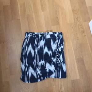 Superfin kjol från Gina Tricot. Använd ett fåtal gånger, fint skick. Stolek XS men passar även S. Kan frakta och köparen står då för frakten!