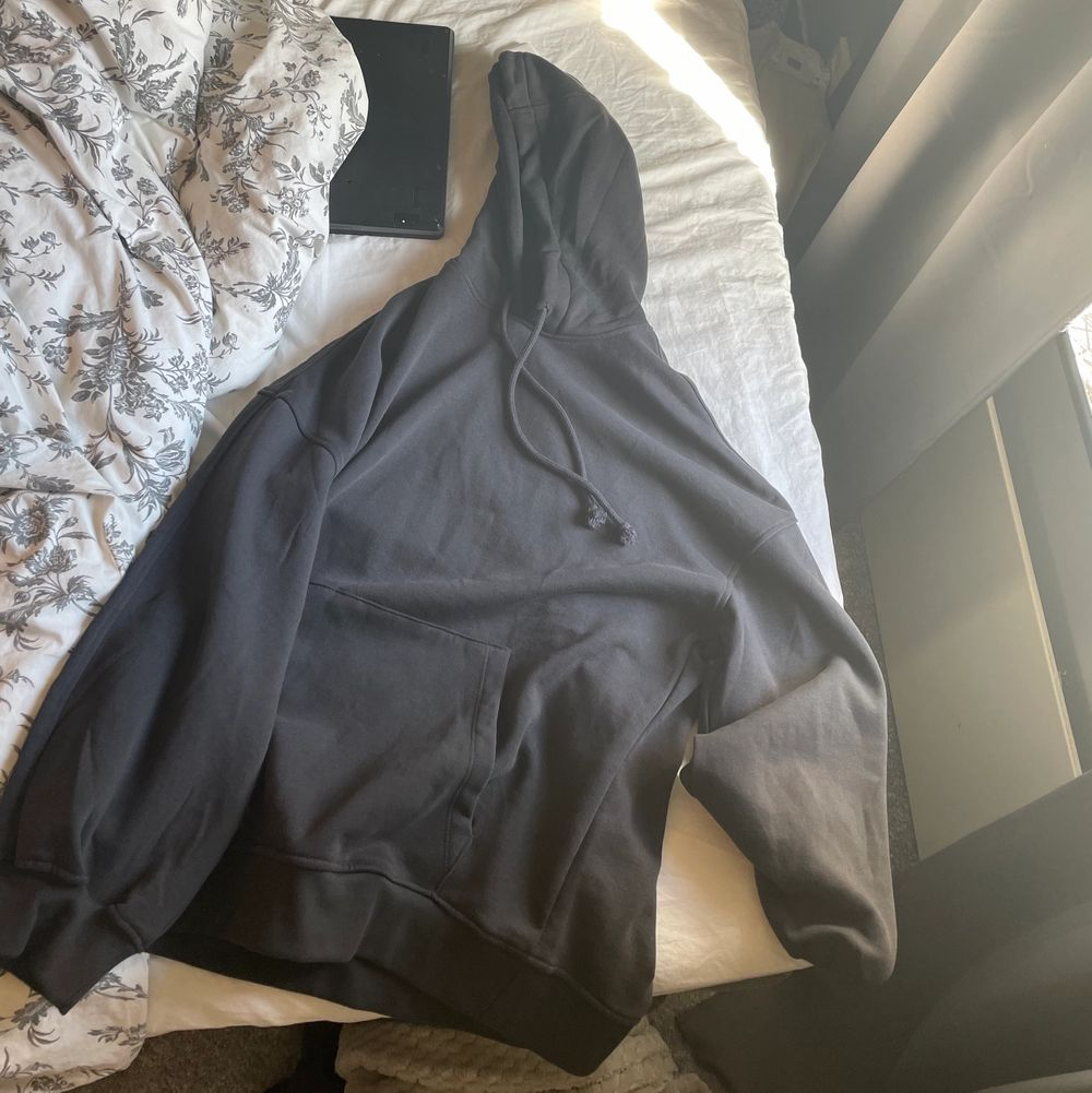 Mörkgrå hoodie ifrån H&M. Storlek xs men passar upp mot en M. ❣️. Toppar.