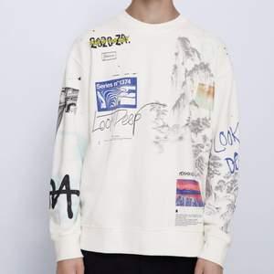 Asfet vit sweatshirt med tryck från Zara, slutsåld. Endast använd 2ggr. Strl S herr. Vitare i verkligheten, kan ses på sista bilden🤗🥰