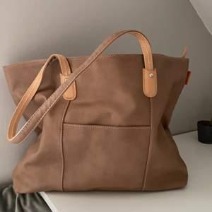 Jättefin Beige Väska ifrån David Jones. Aldrig använd, perfekta storleken för en lite större väska!