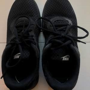 Säljer mina Nike skor i strl 38. De är i väl använt skick men det är inga hål eller liknande på dem. Pris: 299 (orginalpris 750kr)