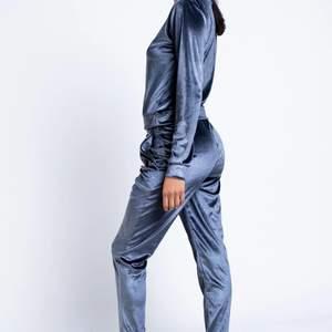 Super fint silkes mjukisset i blå färg. Oanvänd, provat men blev aldirg av att jag använde då jag har andra liknande, så i väldigt fint skick! Storlek M, köpte för 400kr säljer för 180kr. Gratis frakt!