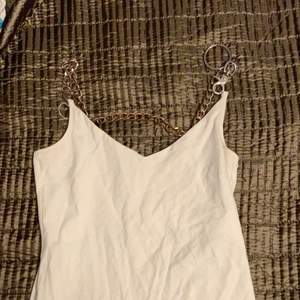 Vitt linne med kedja som axelband som jag satt dit själv, linnet är vitt och lite längre men går också att ha croppat och har en v cut🤍 köparen står för fraktsn och bara att fråga efter fler bilder!!