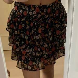 säljer min kjol från lindex som sitter jätte fint, säljer den pga av att den inte kommer att komma till användning då jag har köpt nya kjolar till sommaren. Passar mig som är Xs-S