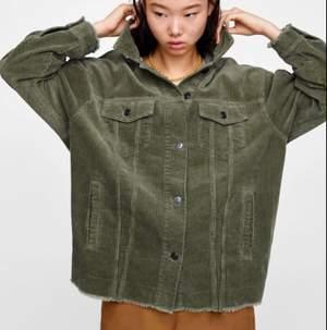 Intressekoll på min gröna Manchester jacka från Zara. Strl S men overzied i modellen, passar perfekt nu till våren 😍 Små defekter som att viss färg lostnat från knapparna, hör av er vid frågor! Frakt står köparen för🚚