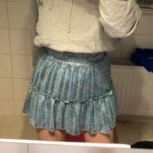 Jättefin kjol från Loavies. Helt oanvänd med lappar kvar! Däremot finns de ett hål på insidan vid sömmen till underkjolen. Inget som syns och går lätt att laga!