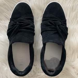 Säljer dem här skorna som inte har kommmit till någon användning, dem är endast använda en kväll. I ena skon finns det dock en blodfläck annars är dem som nya!