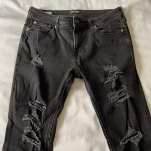 """Svarta slitna jeans från Jack&Jones. Det är strl. 31""""30. Jag är 175cm och de sitter bra i längden men är för tighta. Jeansen är använda men i bra skick. Bor i Norrköping och kan mötas upp, annars står köparen för frakten. Priset kan diskuteras"""