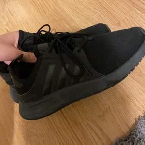 Säljer mina svarta Adidas X Plr skor som är i väldigt fint skick. Knappt använda de har endast legat i garderoben. Storlek 38