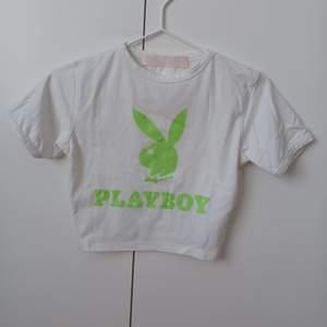 Croppad playboy t-shirt använd en gång, passade xs/s. Köparen står för frakten.