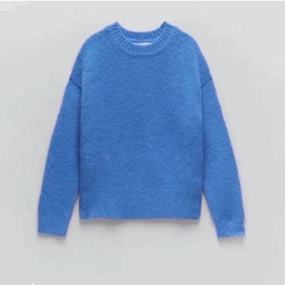 Säljer min stickade tröja från zara. Storlek Medium så sitter snyggt oversized. . Stickat.