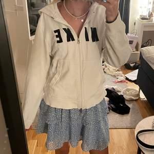 Supersnygg vintage tröja ifrån Nike med zip-up. Storlek L i barnstorlek så föreställer väl en vanlig S ungefär. Jag på bilden är 170 som referens ☺️☺️