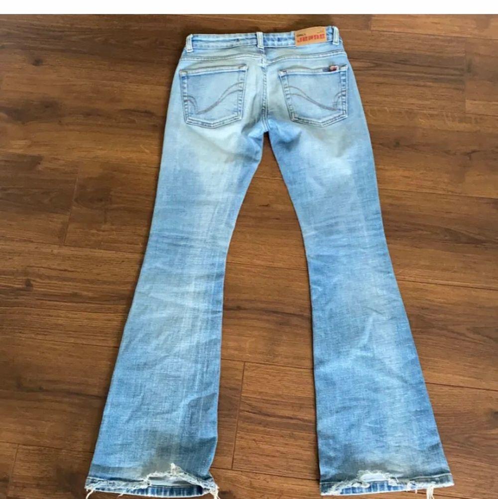 lågmidjade ljusblå jeans köpta på plick. inte säker på om jag vill sälja, men de kommer inte riktigt till användning. midjemått ca 78 cm. ✨. Jeans & Byxor.