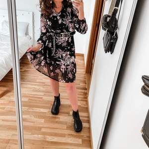 Lovely flower dress, looks amazing with black boots! It comes with a little black dress to put on underneath( picture 3)