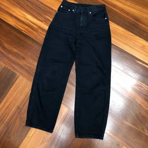 Black denim from Levi's with high waist and baggy leg. The legs are a bit cropped. Good condition but the black is a little bit washed. The size says 24 but is in reality a size 26-27.