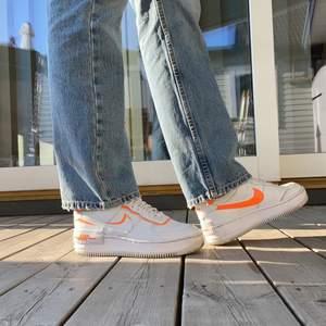 Balla skor från nike i modell nike air force shadow. Lite högre än orginalmodell av air force 1 och lite mer detaljer. Super snygga men har knappt använt dom. Storlek 38,5 men skulle även passa en 39.