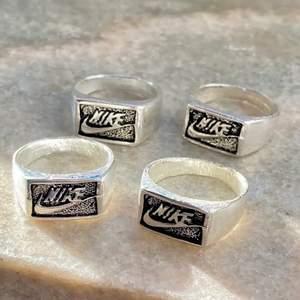 🌟Emy Forsbergs bilder🌟Säljer en Nike ring då den va väldigt stor för mig! Vet inte riktigt vad det är för material utöver att det är metall! Går även att måla genomskinligt nagellack på ringen så rostar den inte! Ringen är 18mm, alltså typ M! Skriv privat vid intresse!