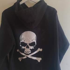 Supercool svart hoodie med döskalle tryck på ryggen! Hör av er privat för fler bilder med den på, frakt tillkommer🤍🤍