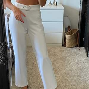 Vita vida kostymbyxor med silverdetaljer. Aldrig använda! Köpta för 500kr från Pieces.
