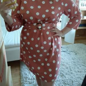 Supersöt klänning som tyvärr har blivit för stor för mig. Knälång, lös passform och skärp i midjan 💕
