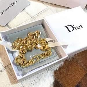 Dior halsband, (med låda vid pristillägg). AAA kopia. OBS! jag har mina produkter i ett lager och hämtar hit utifrån förfrågan, därav leveranstid på 14-30 dagar!