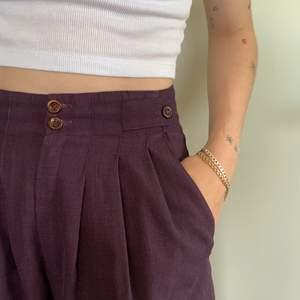 Retro kostymbyxor! Lila med fina detaljer kring midjan. Står ingen storlek men skulle säga Small.