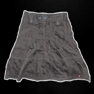 Gullig brun midi kjol från esprit med kontrastsöm inköpt tidigt 00-tal (tror den är low-waist)                                                    Frakt tillkommer :)