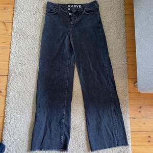 Svarta jeans från Karve, vida ben och medelhög midja. Jeansen har en urtvättad/retro look och är i gott skick. Frakt betalas av köparen