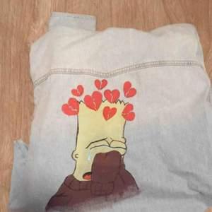 Levis jeans jacka med handmålad Simsons gubbe, så fin höst jacka men måste tyvär säljas då jag ej använder den bra skick ALDRIG använd