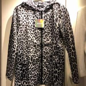 Passar xs-s. Köpt på asos.  Grå leopard färgad regn jacka.  Möta upp i Göteborg eller postar