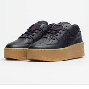 Helt helt nya Nike sage af1 low (air force 1) I black och tan färg, sjukt fina men har för många skor och detta var ett impulsköp. Passa på! ✨ Fraktfritt