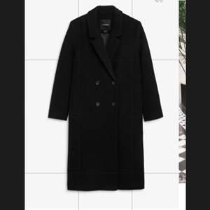 Säljer min svarta höstkappa som jag köpte förra året. Den är från Monki och jag har även använt den som vinterjacka då jag kunnat få in tjockare tröjor under. Jag är 175 cm så ni ser på bilden hur lång den är på mig. Storlek S. Säljer för 400 kr men pris kan diskuteras vid smidig affär