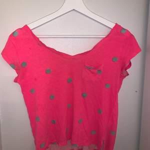 En neon rosa t-shirt som jag haft ett tag men endast använt ett fåtal gånger så den är fortfarande i ett bra skick