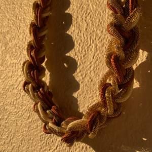 Ett rosé/guldigt halsband nästan helt oanvänt, säljer pga inte min stil/smak. Fint skick