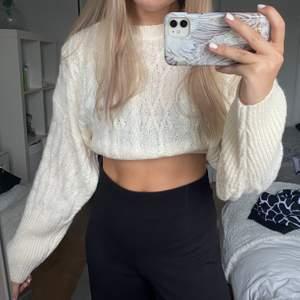 Säljer denna mysiga stickade tröjan från Na-kd! Passar perfekt till hösten! Använd fåtal gånger så den är i väldigt bra skick! Frakten ingår inte i priset 💕