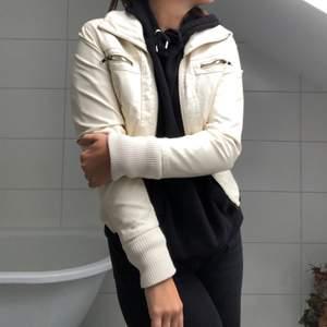 """Vit """"skinn""""jacka från seductions. Den är lite croppad så passar till högmidjade jeans! Storleken passar främst XS/S."""
