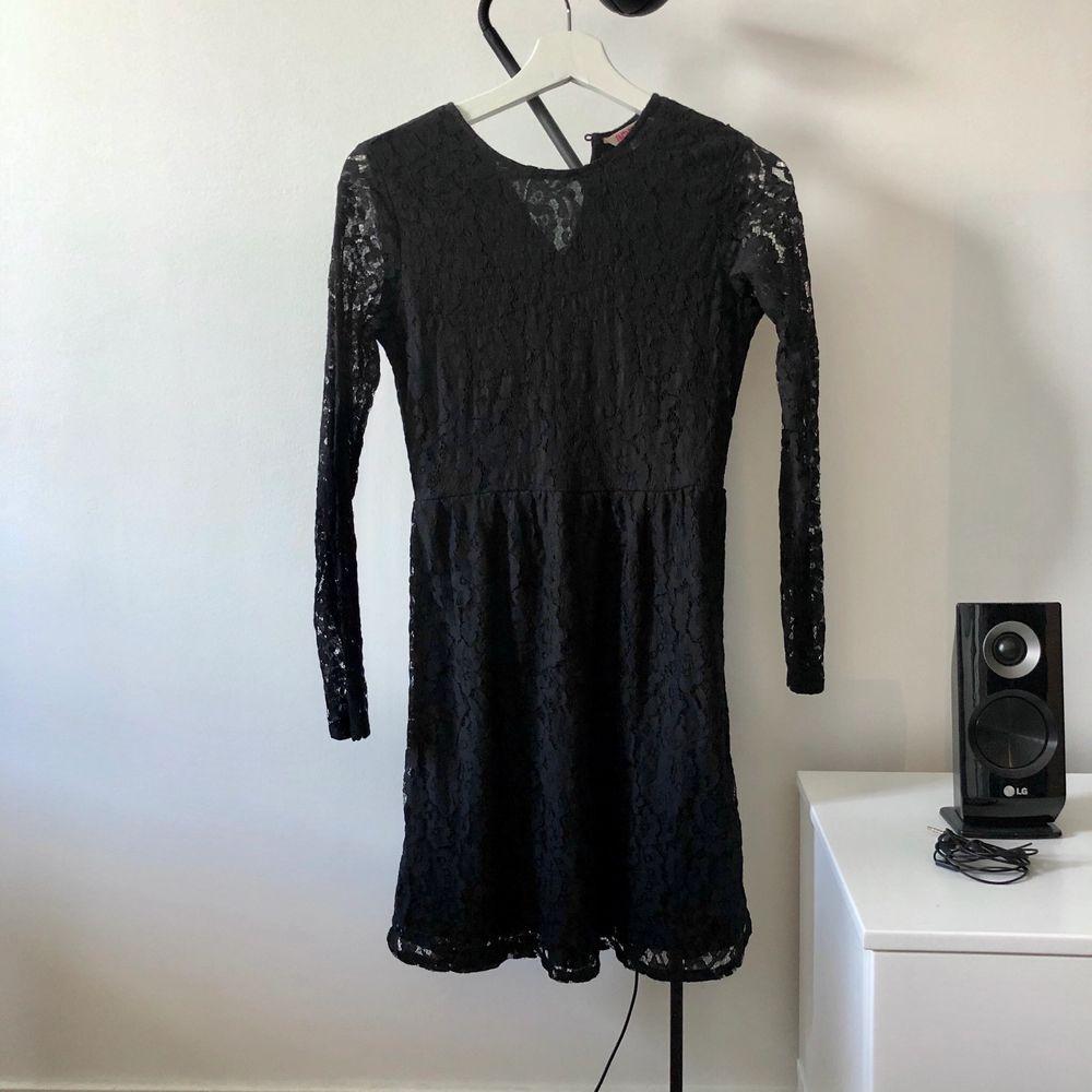 En supersnygg svart spetsklänning från Indiska. Storlek XS! Frakt på 44kr tillkommer om den ska skickas.. Klänningar.