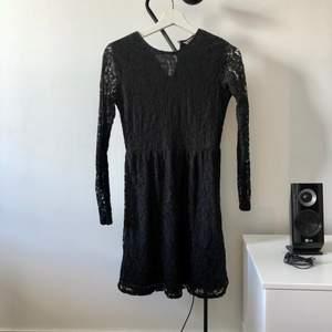 En supersnygg svart spetsklänning från Indiska. Storlek XS! Frakt på 44kr tillkommer om den ska skickas.
