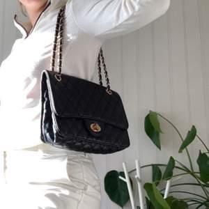 Fin väska som kan användas som både crossbody och över axeln. Väldigt rymlig 👍🏽💗